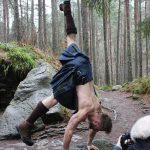 Йога, килты и татуированные мужики
